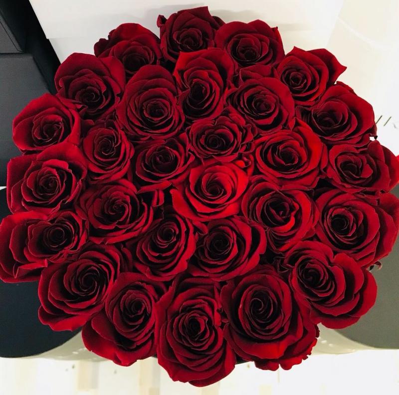 Czerwone żywe WIECZNE róże w dużym czarnym boxie