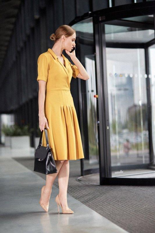 S122 Sukienka midi z kołnierzem - żółta