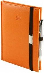 Notes A4 z długopisem zamykany na gumkę z blaszką - papier biały w kratkę - oprawa Nebraska pomarańczowa (gumka brązowa)