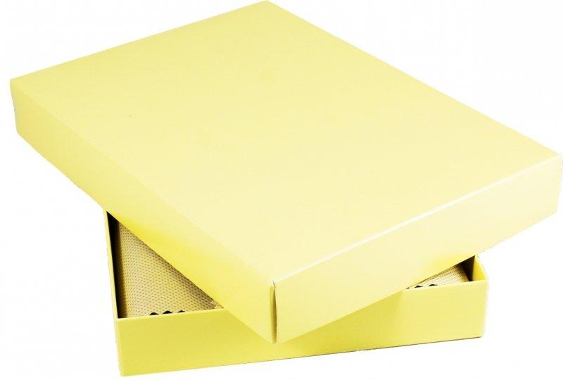 pudełko prezentowe na kalendarz A4 wyłożone ozdobnym materiałem