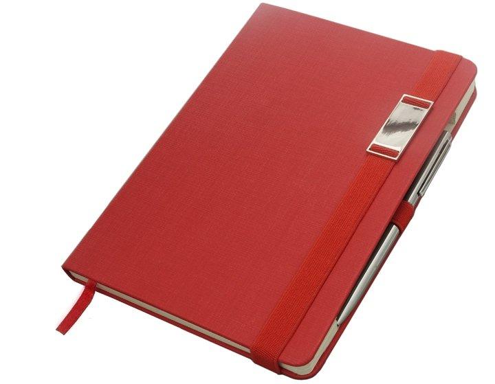 Notes A5 z długopisem zamykany na gumkę z blaszką - papier chamois w kratkę oprawa EKOSKÓRA LINEN czerwona (gumka czerwona)