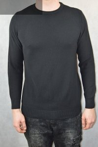 Czarny sweter męski ze wzorem.