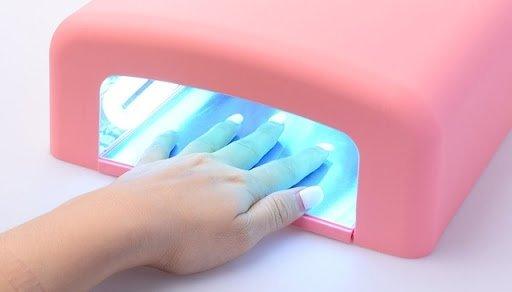 Lampa UV czy LED – którą lampę do hybryd wybrać?