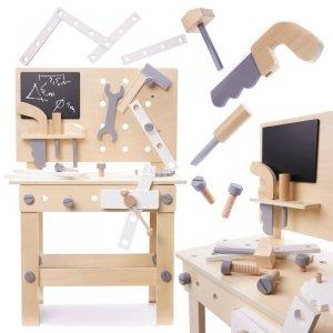 Drewniany warsztat z narzędziami na stoliku zestaw