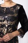 welurowa sukienka z koronkową lamówką i blyszczącą ozdobą przy dekolcie