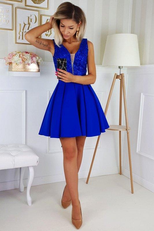 haftowana sukienka z gorsetowym wiązaniem na plecach