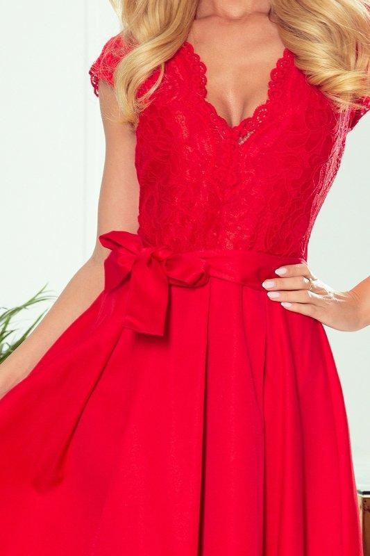 rozkloszowana sukienka z wiązaniem w pasie
