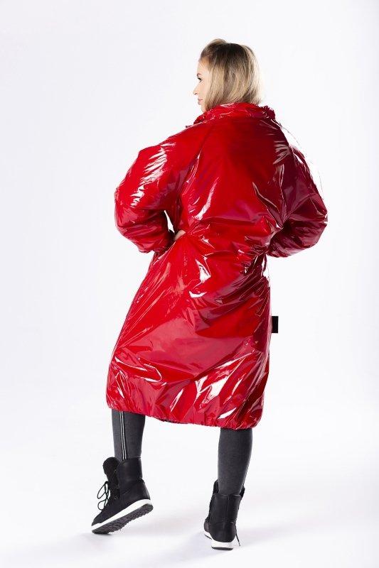 lakierowany płaszcz o oversize'owym kroju