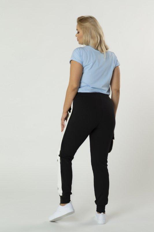 dresowe spodnie z lampasami i dodatkową kieszenią z boku