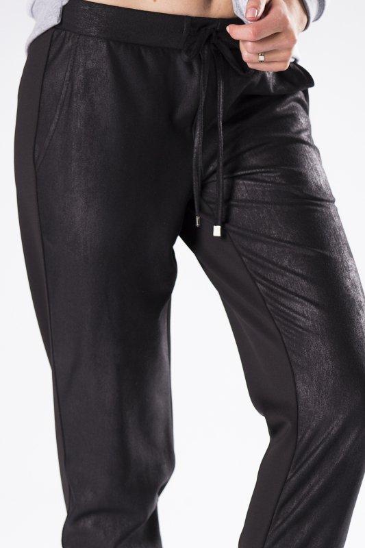 woskowane spodnie dresowe z szerokim ściągaczem przy nogawkach