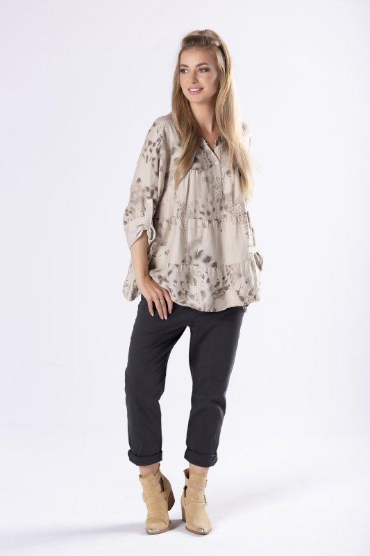 trapezowa bluzka o koszulowym kroju z podwijanymi rękawami