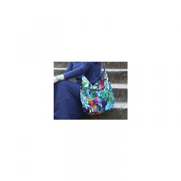 Kolorowa torebka w tropikalne, egzotyczne wzory (papugi, liście monstery, palmy).