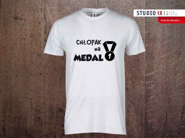 Koszulka-biala-Chlopak-na-medal-Crazyfotopl