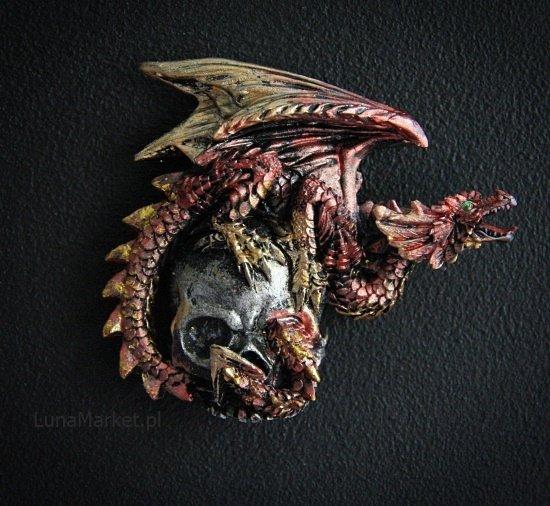 czerwony smok na czaszce - magnes na lodówkę - gadżety fantasy ze smokami
