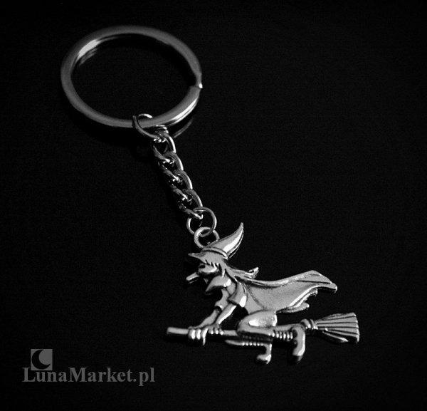 Czarownica lecąca na miotle - breloczek do kluczy z wiedźmą