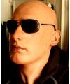 Maska Viktor w słonecznych okularach