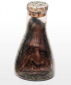 Dekoracja na Halloween Miniaturowa głowa Tsantsa w kolbie Erlenmeyera
