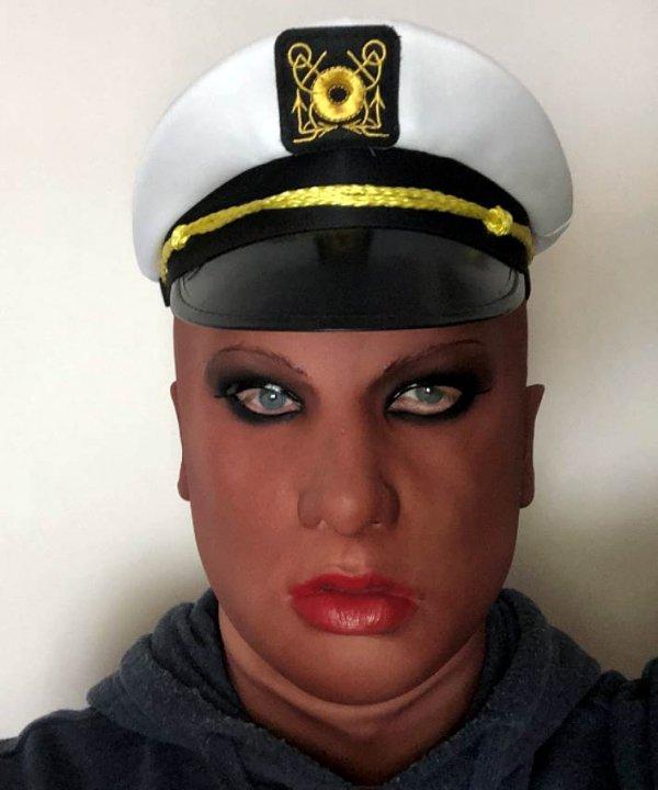 Mulatka w czapce marynarza maska realistyczna