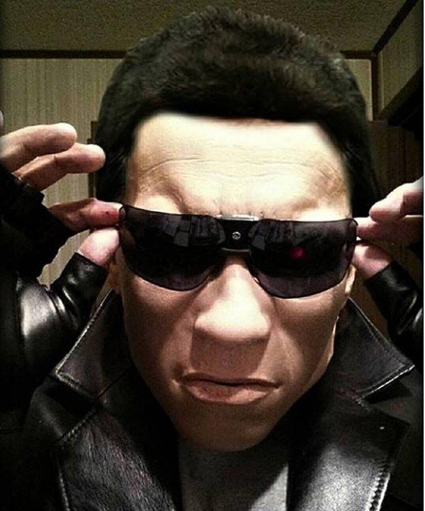 Replika twarzy Arnolda Schwarzenegera z filmu Terminator
