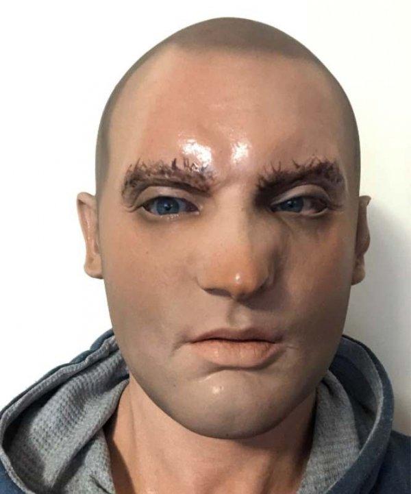 Realistyczna maska młodego mężczyzny