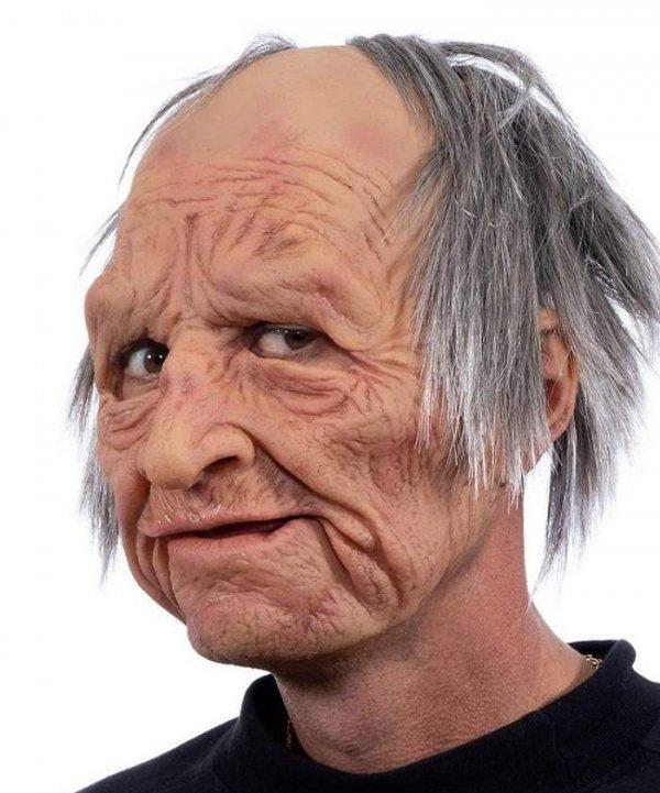 Twarz staruszka w realistycznej masce z włosami