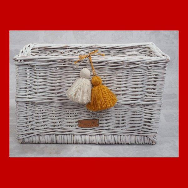 Skrzynka biała z pomponami (35cm) - sklep z wiklina - zdjęcie 1