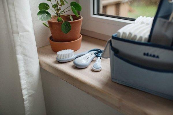 Akcesoria do pielęgnacji: termometr do kąpieli, obcinaczka, szczoteczka i grzebień mineral