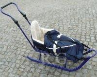 Schlitten aus Metall mit Rückenlehne Fußsack Sicherheitsgurt und Schiebestange in blau