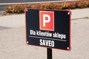 Tablica parkingowa na słupku.