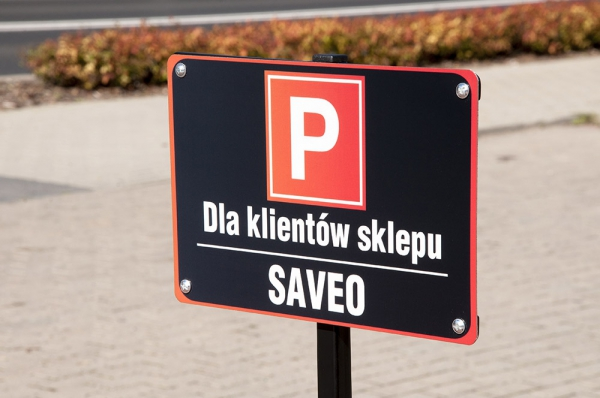 Tablica parkingowa na słupku.