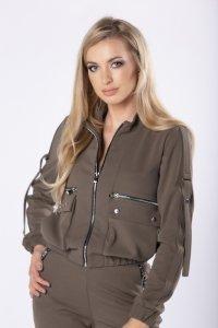 krótka kurtka w militarnym stylu z ozdobnymi kieszeniami z przodu