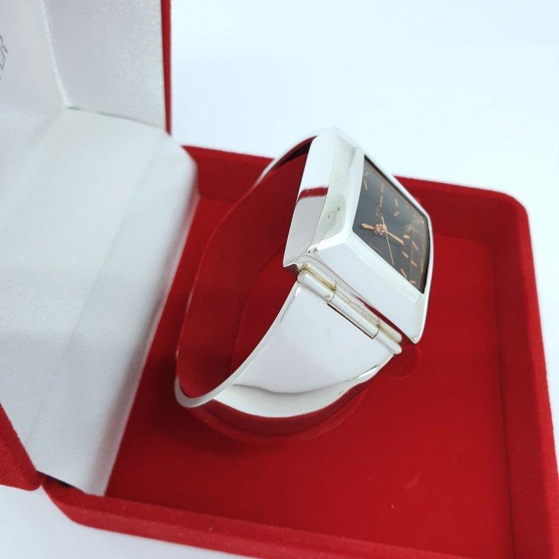 srebrny zegarek duży kwadratowy