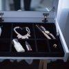 Pod klapą toaletki Minko kryje się aksamitna szkatułka na biżuterię i kosmetyki oraz duże lustro.