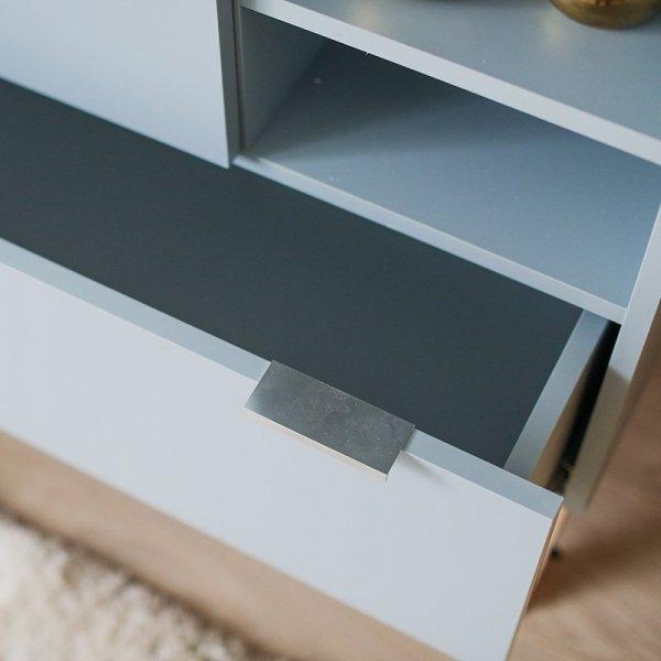Stylowa szafa Minko Basic ma wiele półek oraz szuflad
