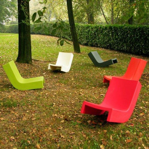 Twist to designerski, minimalistyczny leżak w fantazyjnych, żywych kolorach.