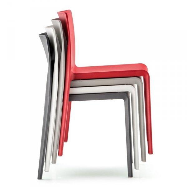Krzesła Volt 670 są idealne do katerinkgu, ponieważ są lekki i można je sztaplować