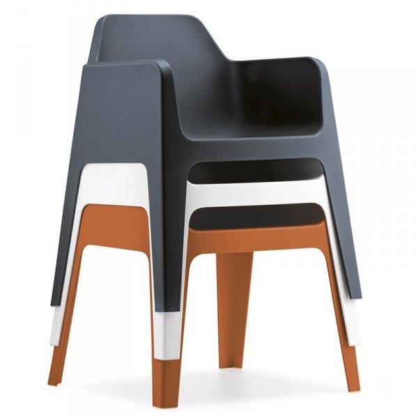 Fotele Plus 630 Pedrali są lekkie i można je sztaplować