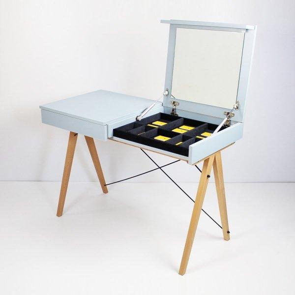 Minimalistyczne biurko z funkcją toaletki- pod klapą kryje się aksamitna szkatułka i duże lustro.