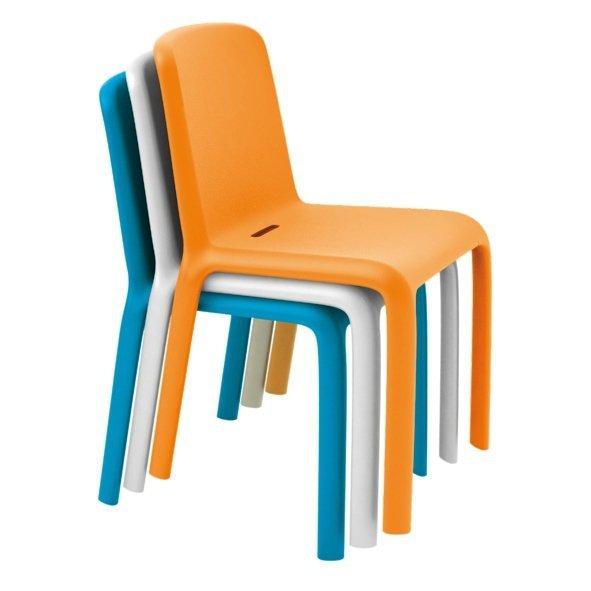 Krzesła Pedrali Snow 300 można sztaplować
