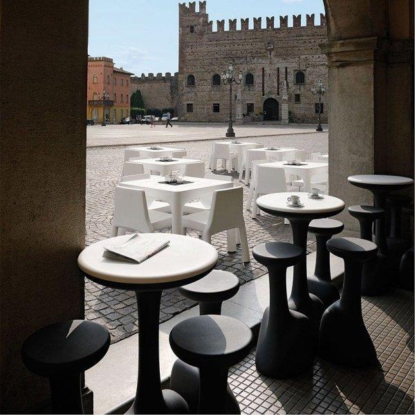 Stolik Armillaria idealnie komponuje się ze stołkami z tej samej serii