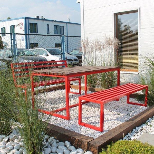 Nowoczesne metalowe meble do ogrodów i przestrzeni publicznych
