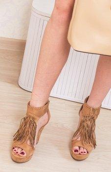 Karmelowe sandały na koturnie