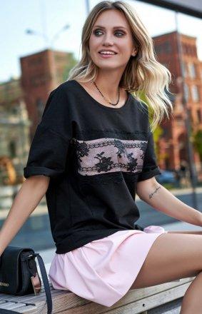 *Mini sukienka z eko-skórą czarna z różem M535