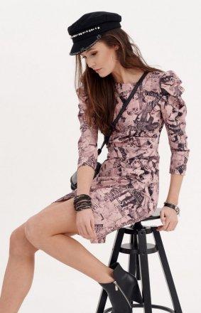 Ołówkowa sukienka z bufkami róż gazetowy wzór 0279