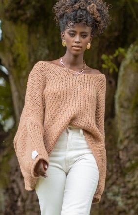 Oversizowy karmelowy sweter damski F1256