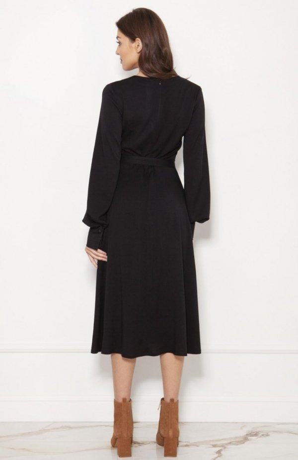 Sukienka z efektownymi rękawami czarna SUK189 tył