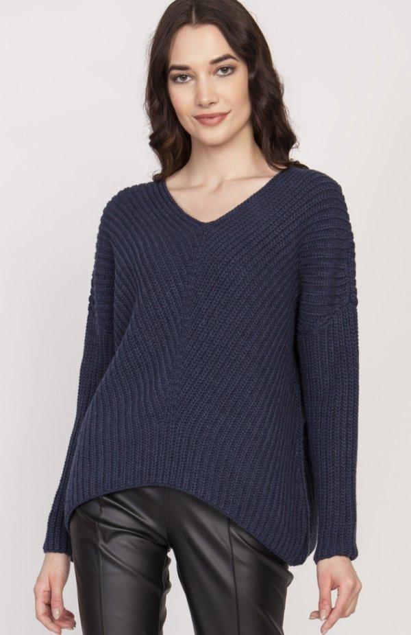 Oversize'owy sweter o asymetrycznym kroju granat SWE124