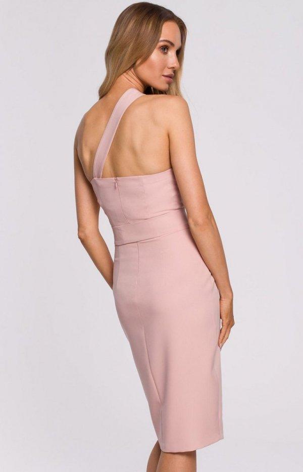 Elegancka pudrowa sukienka na jedno ramię M572 tył