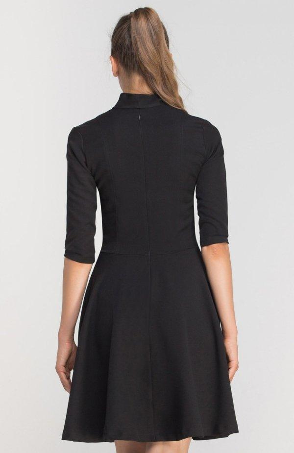 Sukienka rozkloszowana z dekoltem czarna SUK147 tył