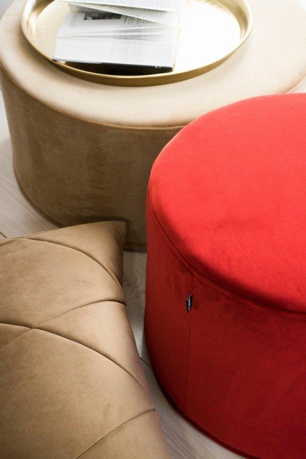 Czerwona pufa dekoracyjna